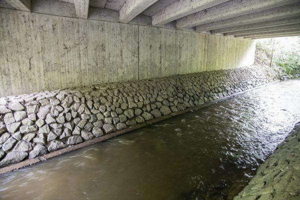 """Hier sind wir """"Am Kühlen Grund"""" unter die Bundesstraße 426 gegangen und haben dem Fluss gelauscht."""