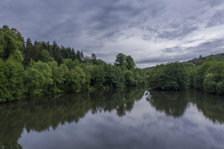 Der Modau-Stausee in Ober-Ramstadt hat einen hohen Freizeitwert, ist aber für das Ökosystem des Flusses ein großes Problem.
