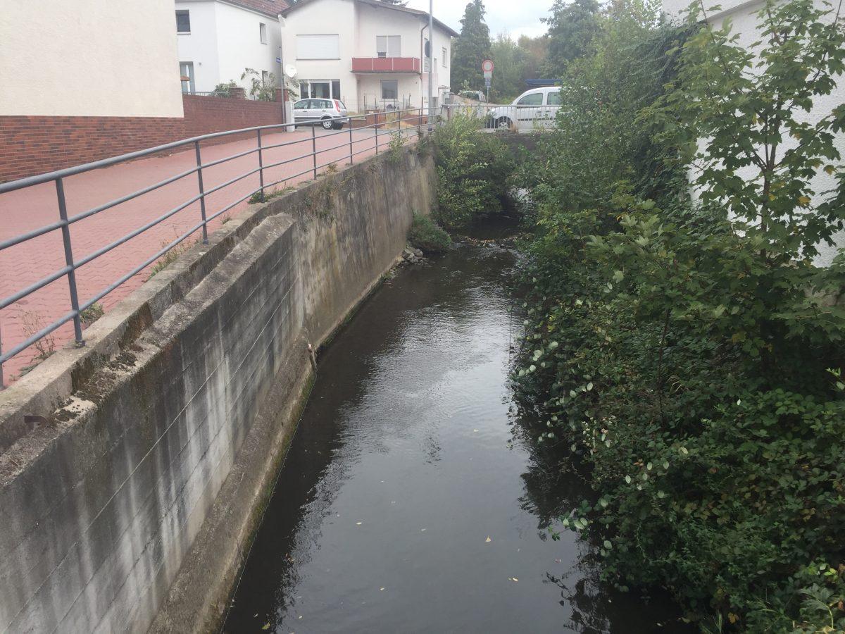 Die Modau fließt oft unter hohen Mauen durch Dörfer und Städte