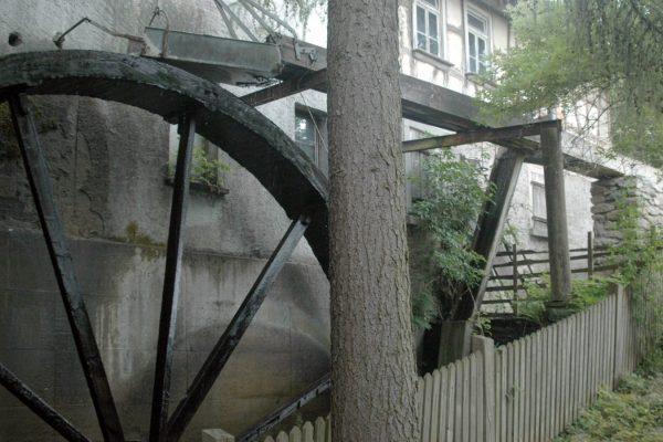Das Rad der Brandauer Neumühle, die früher Getreide mahlte, erzeugt heute über einen Generator Strom.