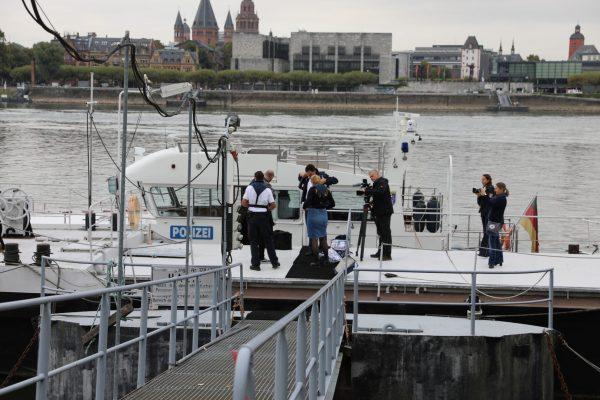 Vor der Abfahrt - auf dem Anlegesteg der Wasserschutzpolizei gegenüber von Mainz