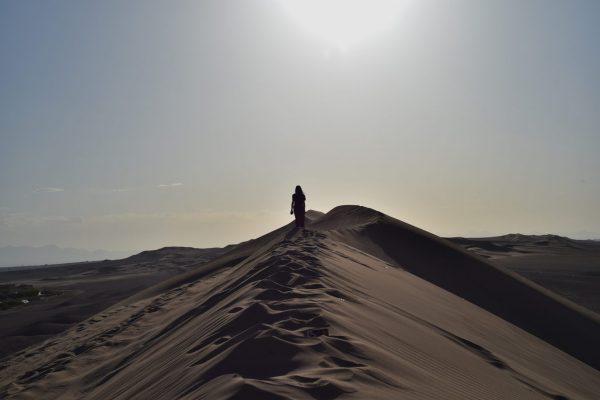 20 Minuten Autofahrt von Yazd steht man Mitten in der Wüste.