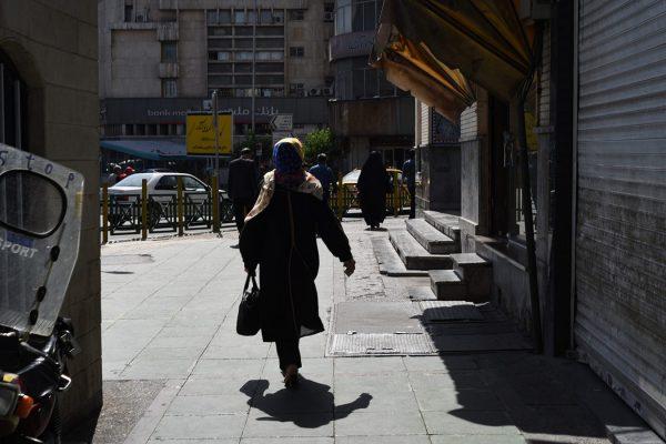 Eine Frau läuft zur Mittagszeit durch Teheran, es ist Sommer und gut 38 Grad in der Hauptstadt.