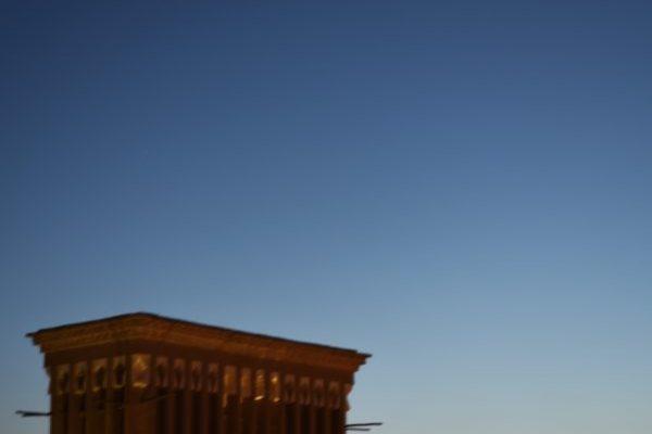 Der Mond leuchtet über der Altstadt von Yazd.