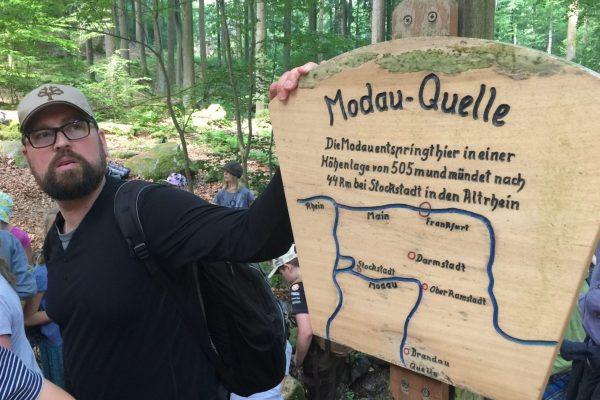 Einmal im Jahr machen die vierten Klassen der Darmstädter Waldorfschule, hier mit Lehrer Sven Zachau, ihre traditionelle Modauwanderung.