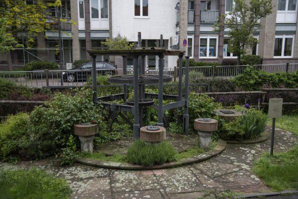 """Kurz hinter der Brücke an der """"Dornwegshöhstraße"""" steht ein Denkmal für Mühltals Mühlen."""