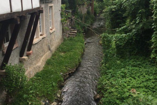 Beschaulich und munter fließt die Modau durch Ernsthofen, noch voller Kraft und Strömung.