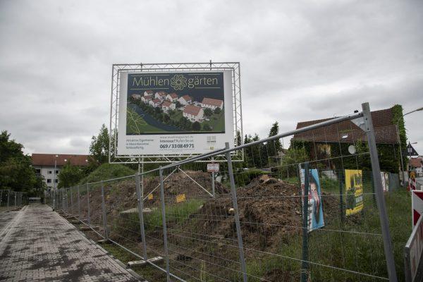 Eine der letzten Auwiesen im Ortskern Nieder-Ramstadts wird bebaut. Mittlerweile gibt es hier die ersten Häuser.