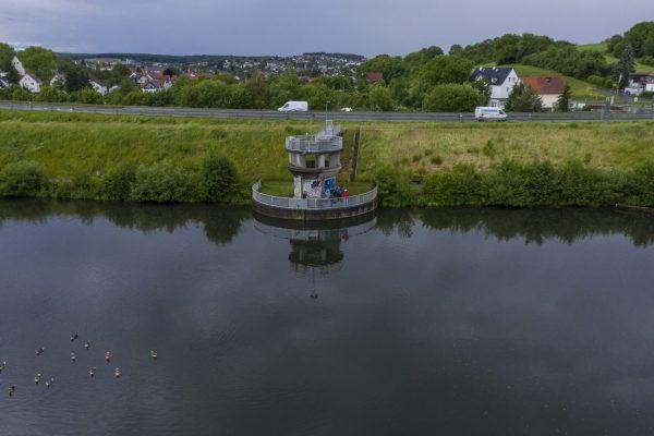 Die Flussreporter schauen zur Drohne, vom Damm aus, der die Modau aufstaut und neue Hochwasserkatastrophen verhindern soll.