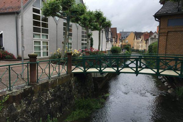 Im Ortskern von Ober-Ramstadt fließt die Modau zwischen Betonmauern dahin, an die sich unser Blick gewöhnt hat.