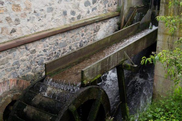 Draußen schnurrt das Rad der Hammermühle als eines der letzten beiden öffentlichen Mühlräder entlang der Modau.