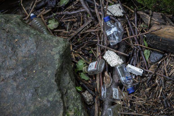 An Wehren sammelt sich viel Müll - Plastikflachen, Styropor und immer wieder Schnapsflaschen.