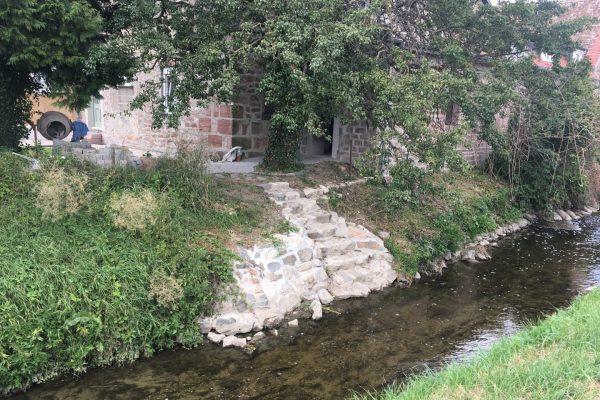 Hier nimmt ein Hausbesitzer im Ried mit einer Treppe bewusst Kontakt zum Fluss auf - eine seltene Beobachtung.