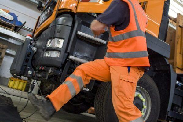 Die Mitarbeiter der Autobahnmeistereien bereiten sich in Risikoparcours auf die Praxis vor.