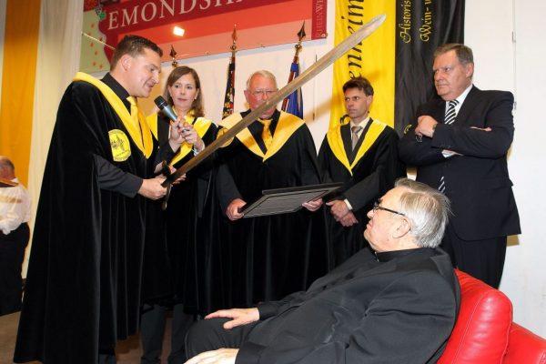 Marcus Held schlägt u.a. Karl Kardinal Lehmann zum Weinritter (Foto: hbz/Sämmer)