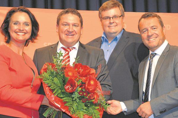 Alzey Kreis Marcus Held (2.v.r.) wird von den SPD-Unterbezirksvorsitzenden (v.l.) Kathrin Anklam-Trapp (Alzey-Worms), Ralf Schäfer (Mainz-Bingen) und Jens Guth (Worms) zu seiner erneuten Kandidatur im Wahlkreis 206 beglückwünscht. (Foto: Ehlke)
