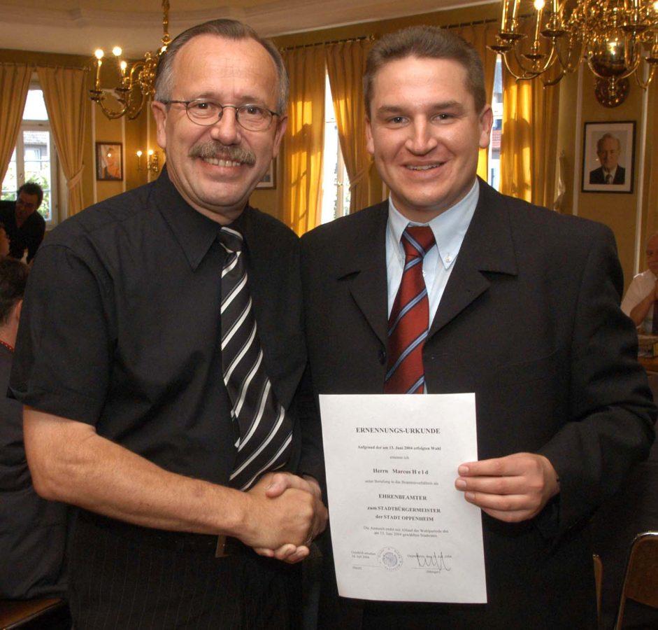 Marcus Held ist neuer Oppenheimer Bürgermeister, sein Vorgänger und Ziehvater Erich Menger gratuliert (Foto: Sell)