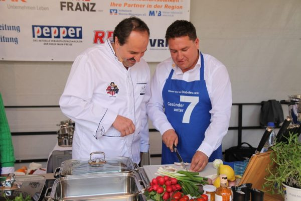 Mit Starkoch Johann Lafer beim Schnippeln (Foto: privat/Held)