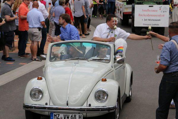 Im Wahlkampfmodus: Marcus Held verteilt Rosen (Foto: privat/Held)
