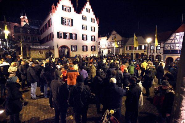 Woche für Woche versammeln sich vorm Oppenheimer Rathaus die Demonstranten (Foto: hbz/Bahr)
